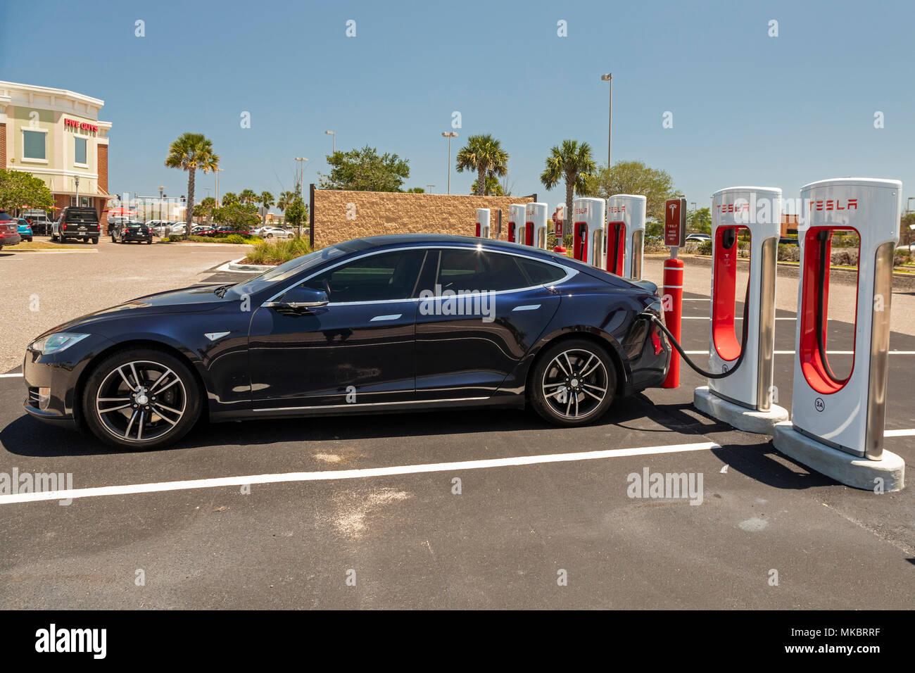 West Melbourne, Floride - Une Tesla Model S à charge une voiture électrique Supercharger. Photo Stock