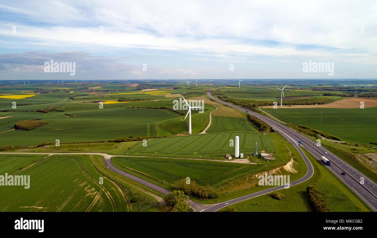 Photo aérienne des éoliennes le long de la route de l'estuaire dans Widehem, France Banque D'Images