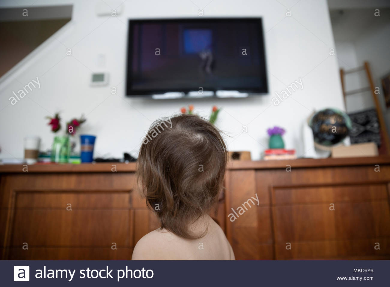 Curieux baby boy watching TV Photo Stock