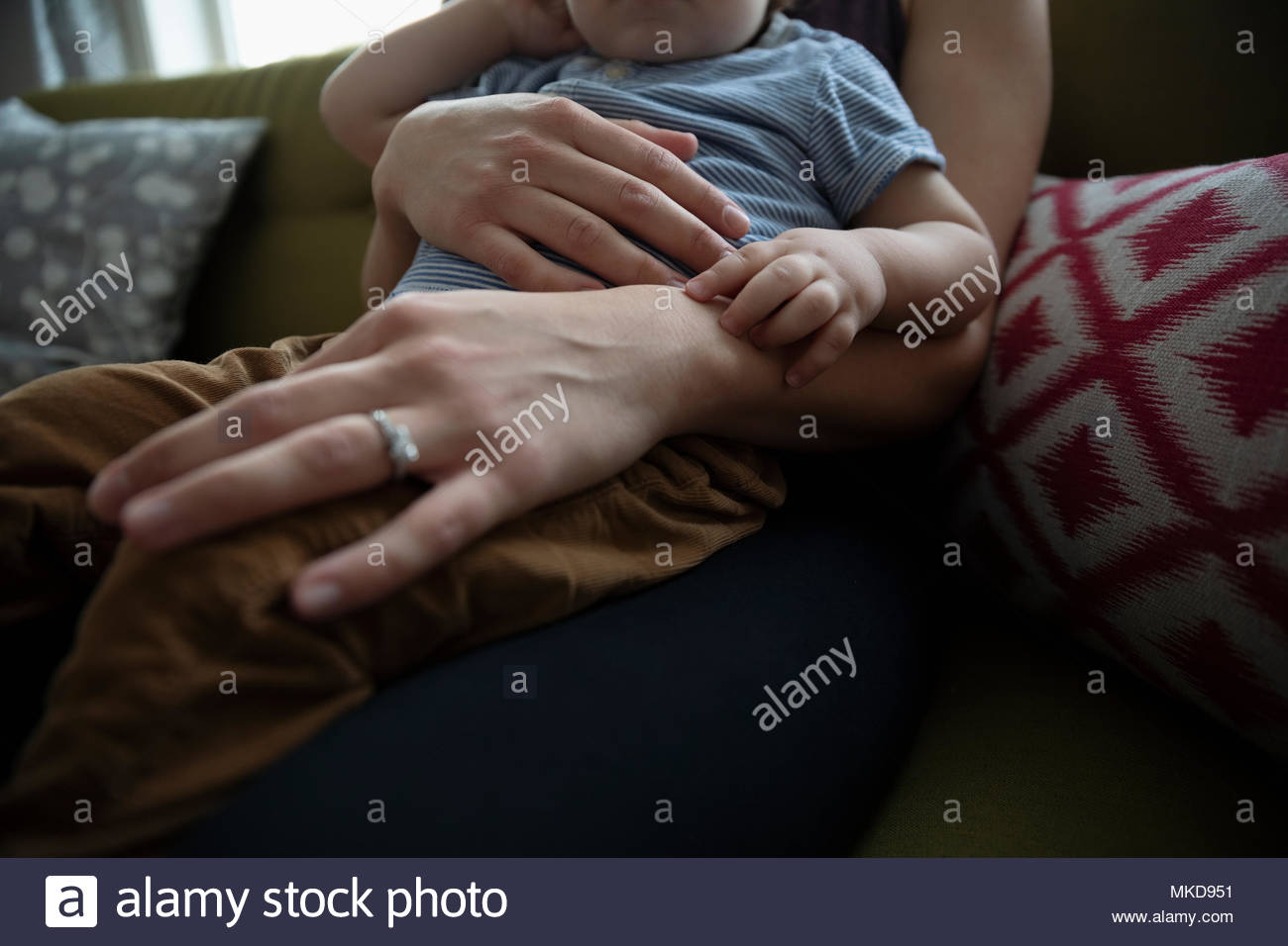 Close up affectueux mother holding baby son Photo Stock