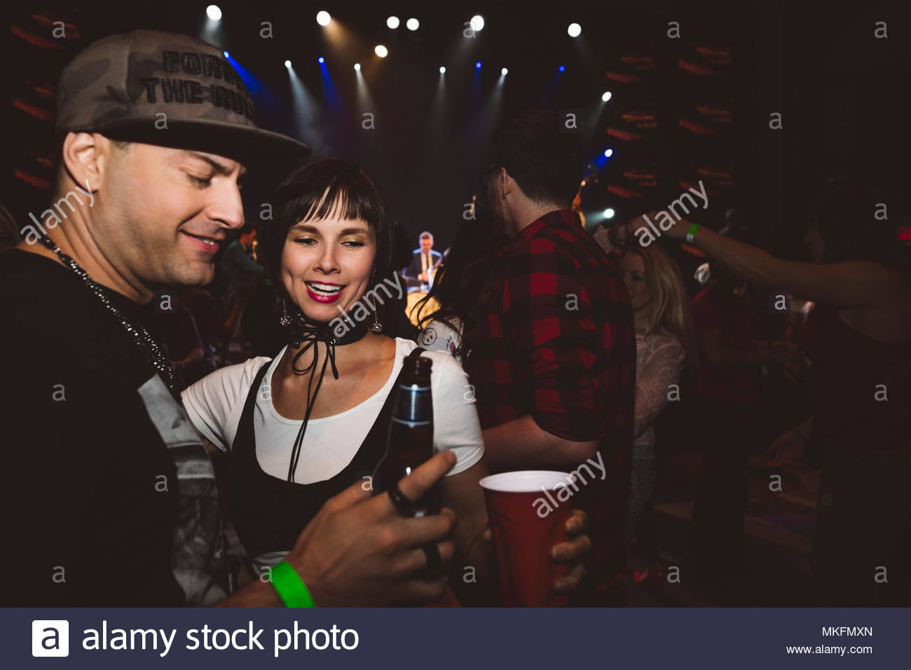 Couple boire et danser en discothèque Photo Stock