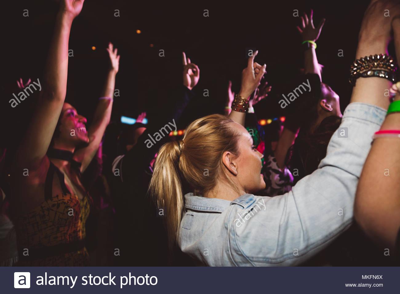 Foule de la danse et de la musique les concerts in nightclub Banque D'Images