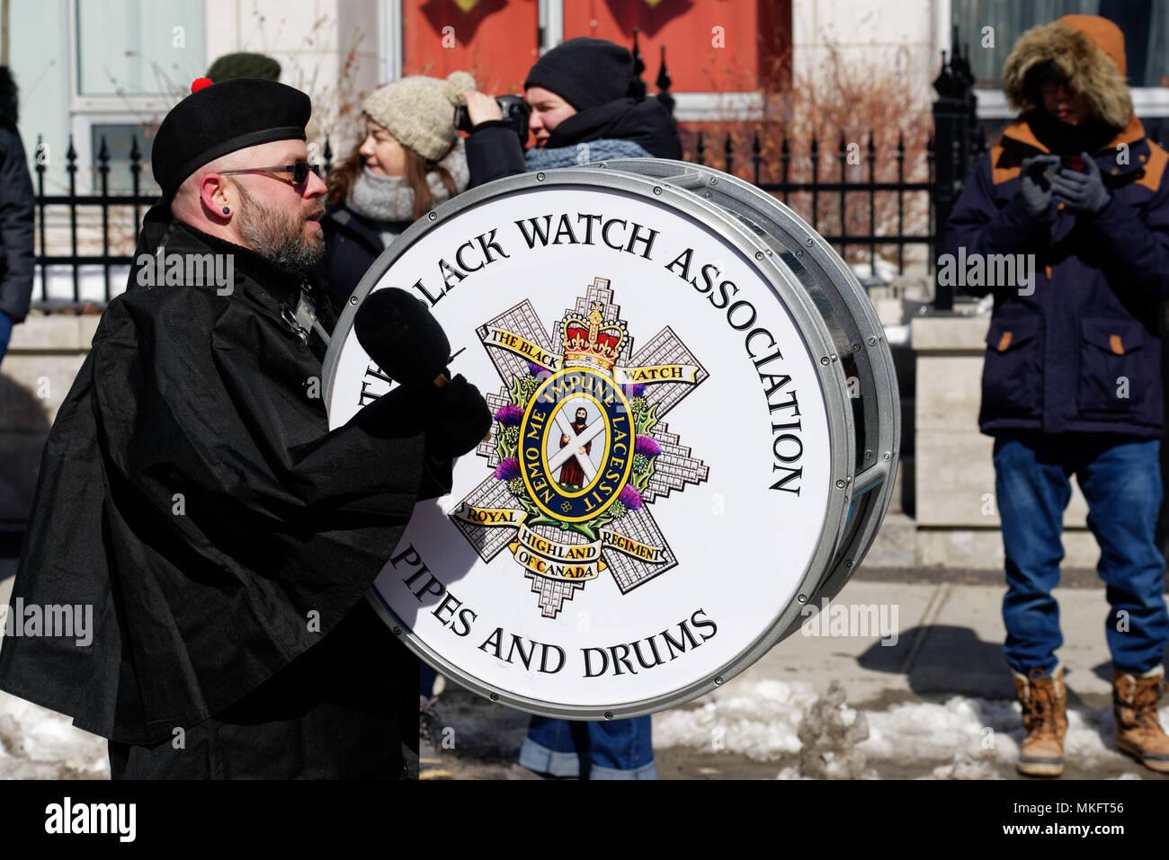 Un batteur des Black Watch sur le défilé de la St Patrick's Day fête à Montréal Banque D'Images
