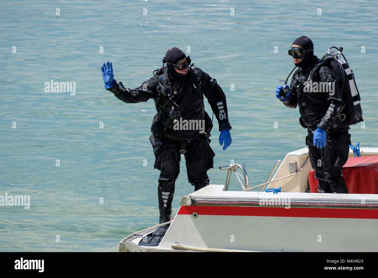 Deux plongeurs dans l'équipement de plongée complet sur un bateau Photo Stock