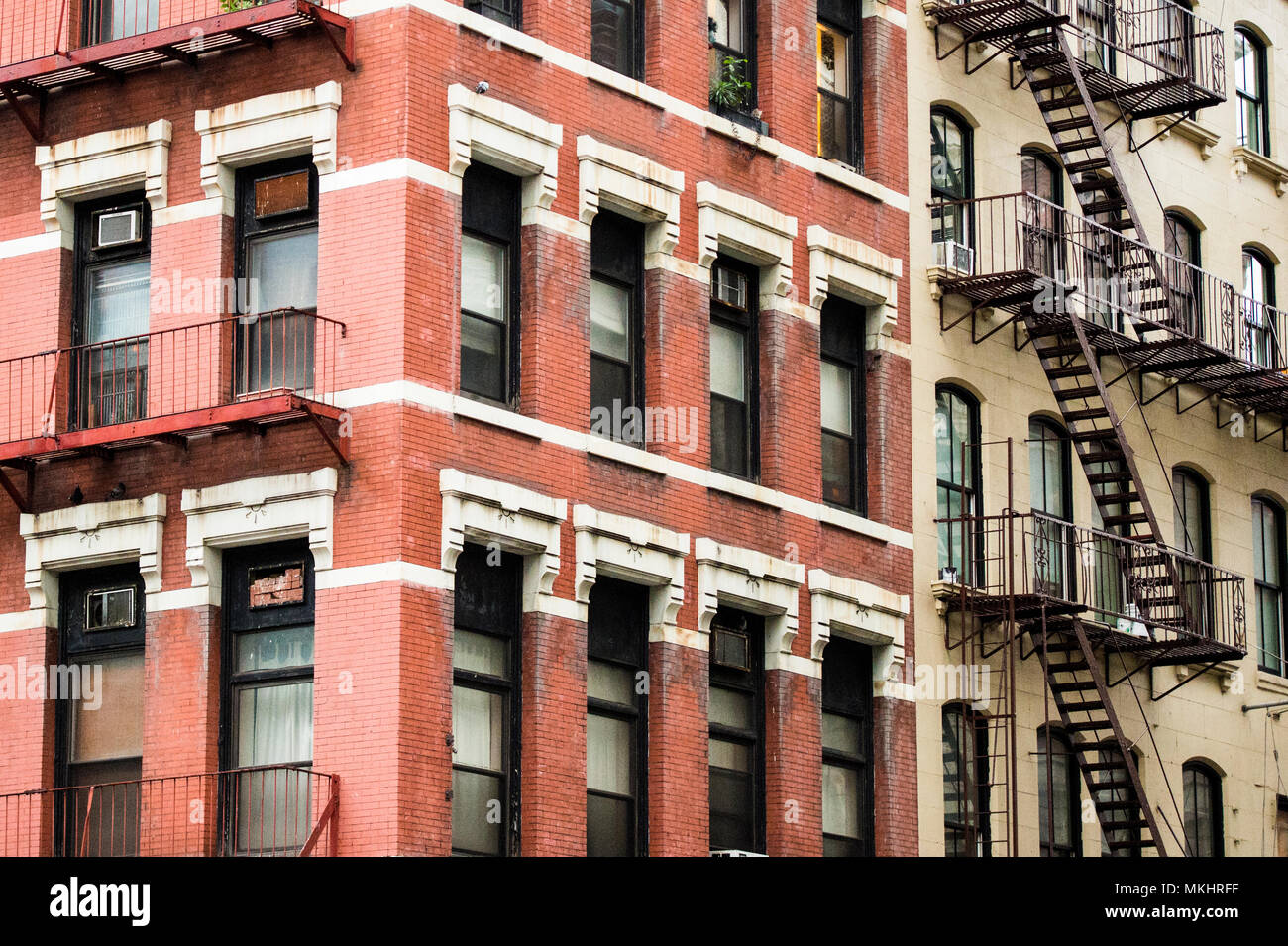 Close-up view of New York City style bâtiments avec escaliers de secours le long de Mott street dans le quartier de Chinatown Manhattan NYC. Photo Stock