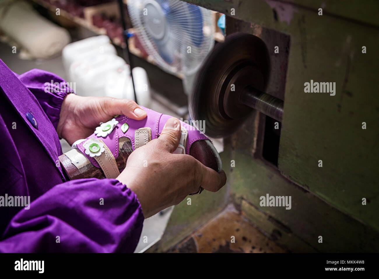 Close Semelle Chaussures Up Jeune Travailleur La D'un Rend Homme De iPOZukX