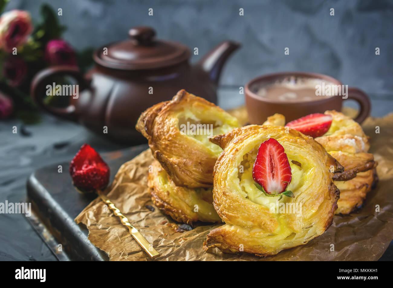 Pâte feuilletée fromage de packs, home-européen. La maison faire des brioches pour le thé. Photo Stock