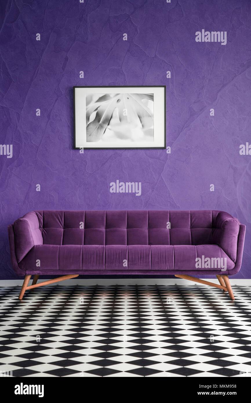 Sur L Affiche Ci Dessus Mur Violet Suede Canape Dans Le