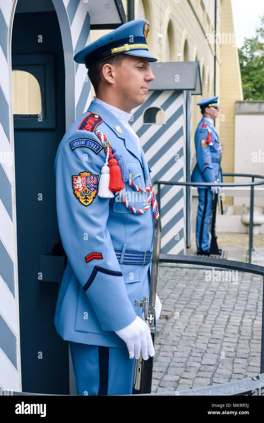 Prague / République tchèque - 08.09.2016: Château les gardes (Hradni straz) palais présidentiel de. L'uniforme bleu, armé. Photo Stock