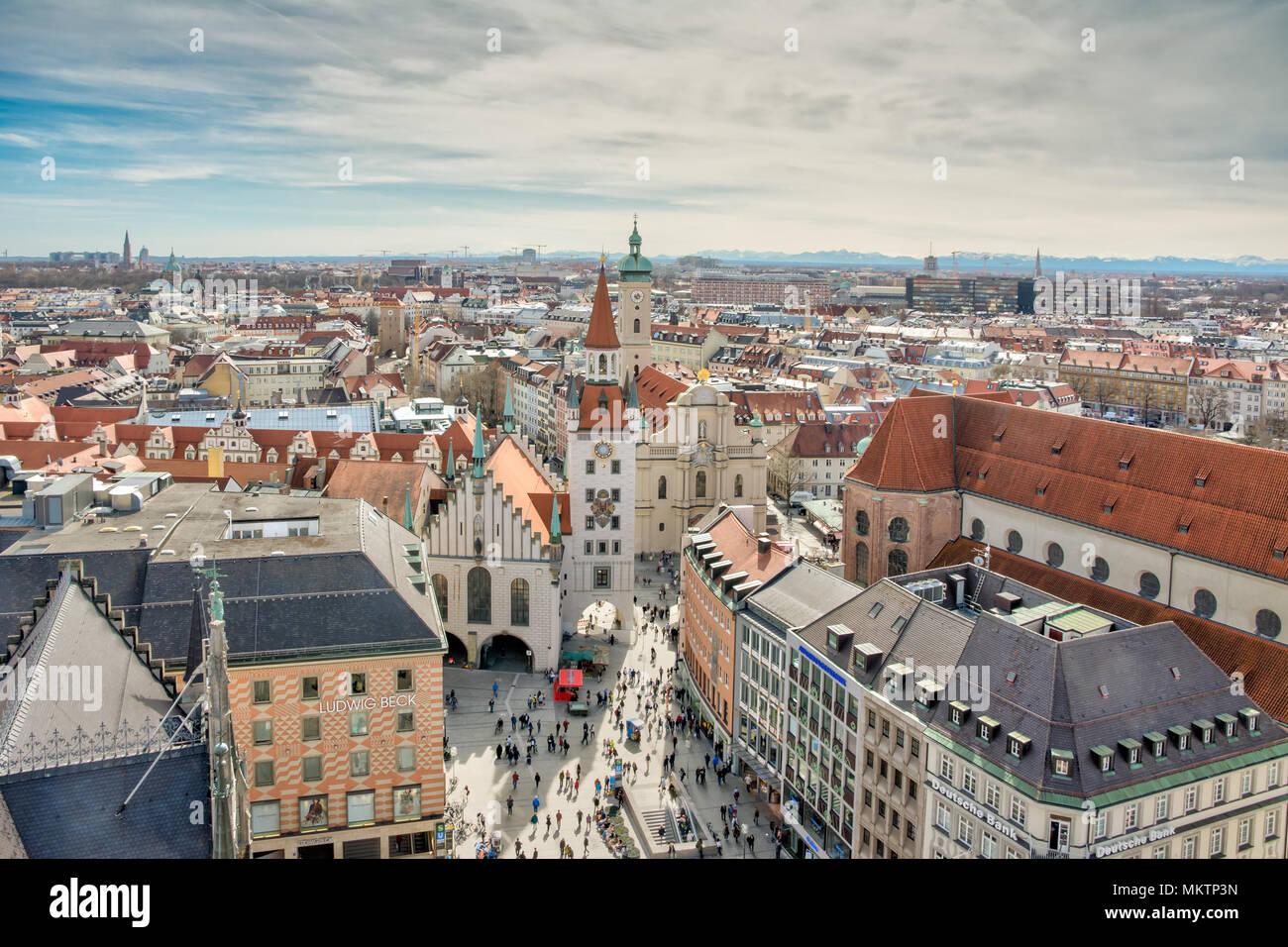 MUNICH, ALLEMAGNE - le 4 avril: vue aérienne sur la ville de Munich, Allemagne, le 4 avril 2018. Des foules de gens sont à la place. Photo Stock