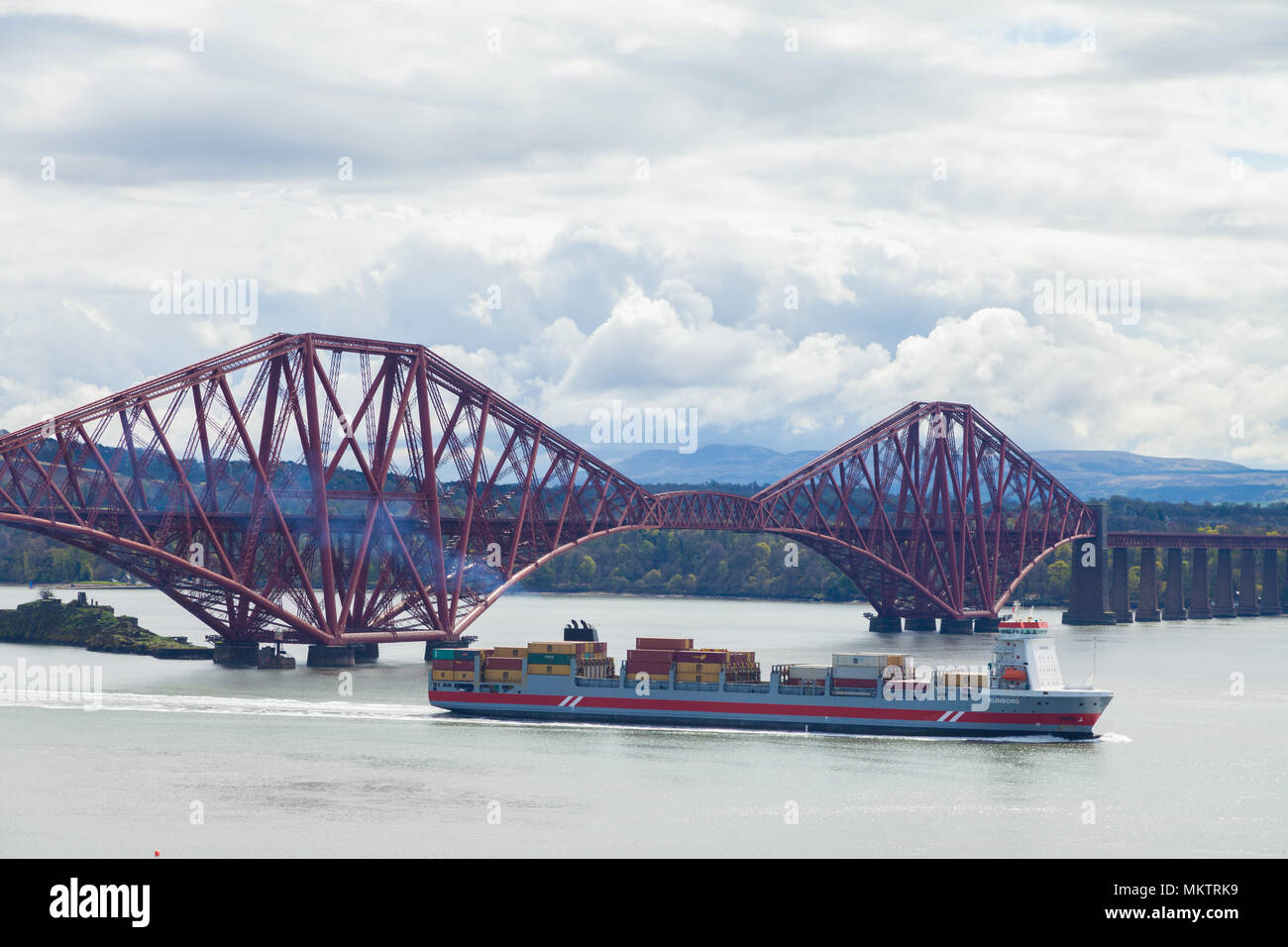 Un cargo qui passe sous le pont Forth Rail près d'Édimbourg en Écosse. Photo Stock