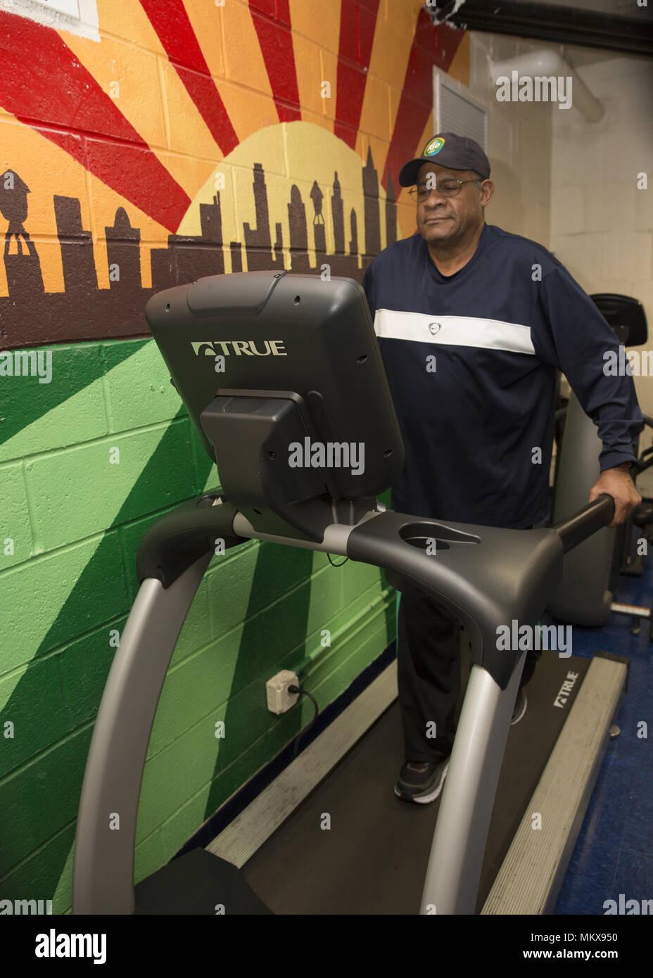 Les hommes de se tenir en forme, travaillant sur la machines d'exercice fournis à un centre principal régulateur sur Lower East Side, Manhattan, New York City. Photo Stock