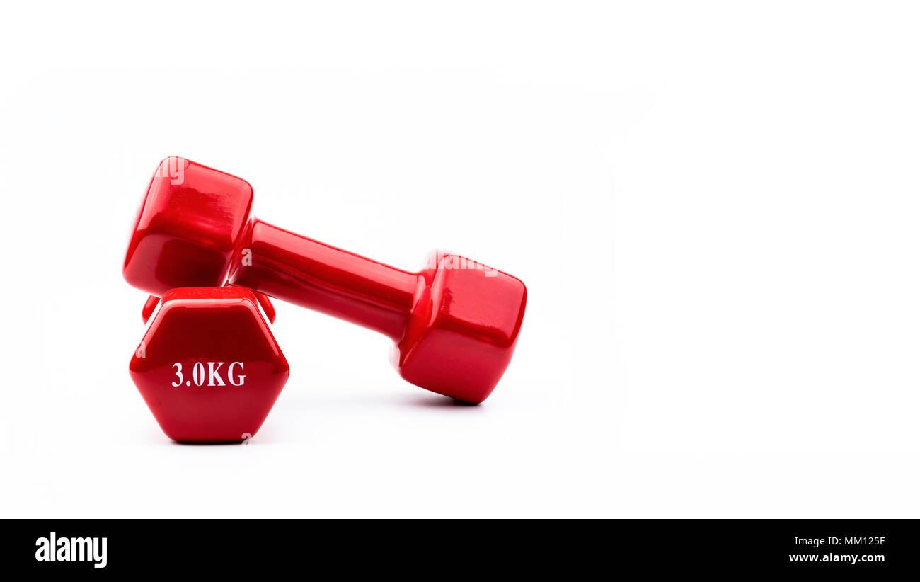 Deux haltères rouge isolé sur fond blanc avec copie espace pour le texte. 3.0 kg haltère. L'équipement de formation de poids. Accessoires d'entraînement de culturisme. Photo Stock