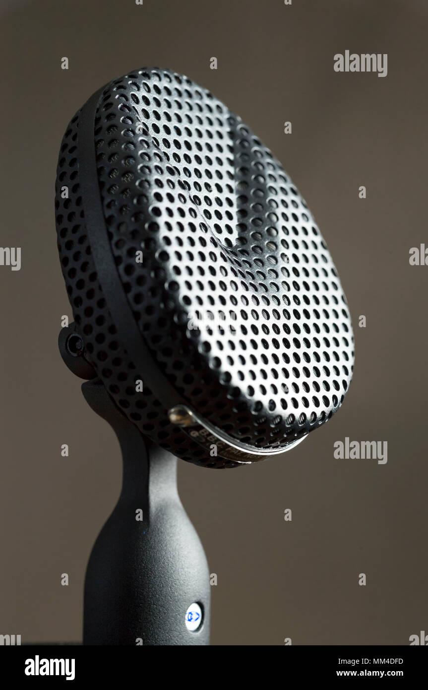 Coles 4038 Microphone à ruban Microphones de studio utilisé pour l'enregistrement vocal en studio. Le 4038 de Coles est un microphone à ruban studio c'est ori Photo Stock