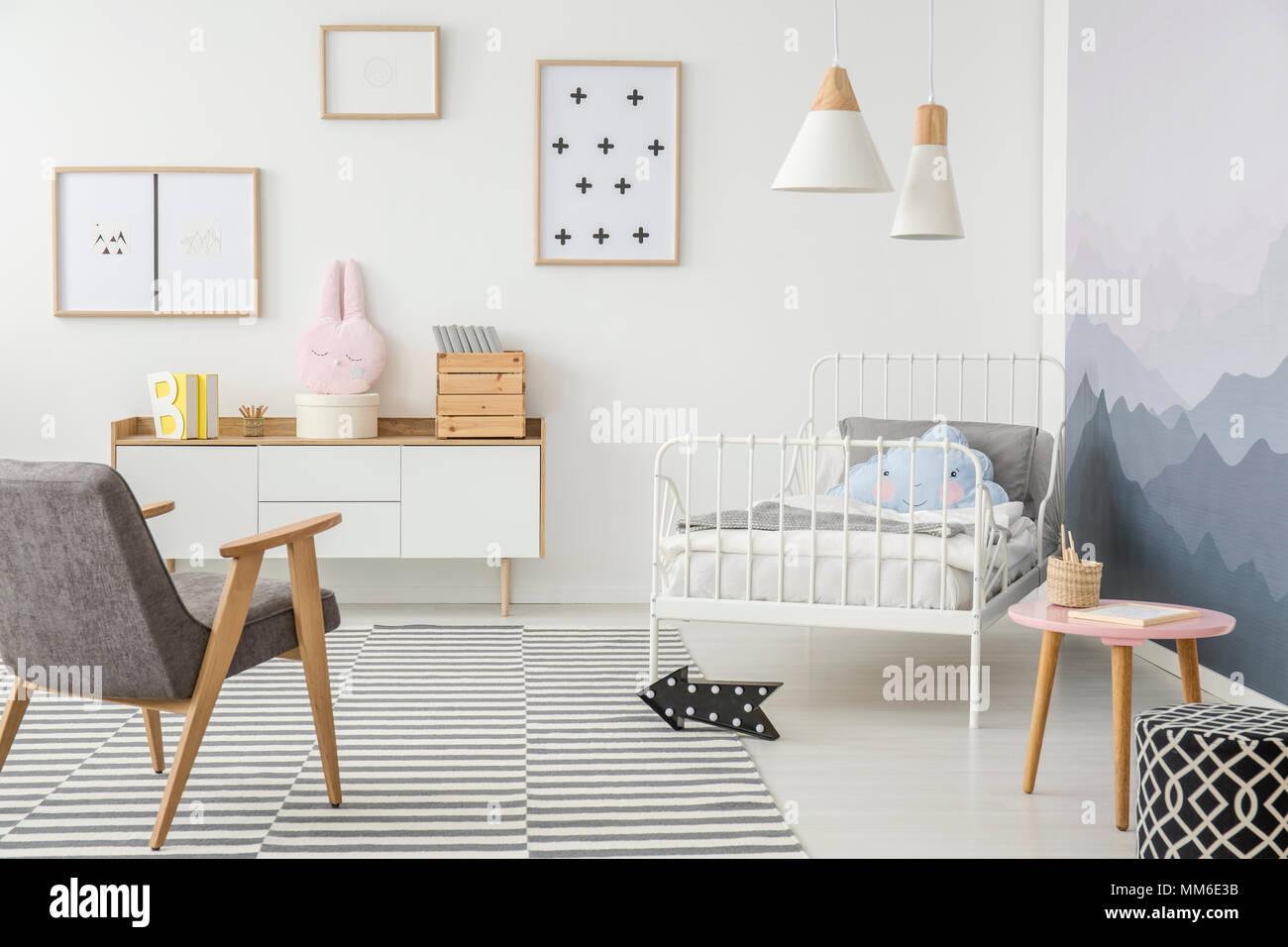 Cute Oreillers Sur Un Cadre Métallique De Lu0027enfant Lit Et Du0027un Mobilier En  Bois Simple Dans Un Design Créatif Pour Une Jeune Fille De Chambre à Coucher