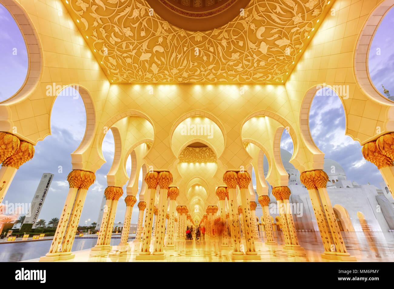 La Grande Mosquée Sheikh Zayed Abu Dhabi Émirats Arabes Unis ÉMIRATS ARABES UNIS colonnes Photo Stock