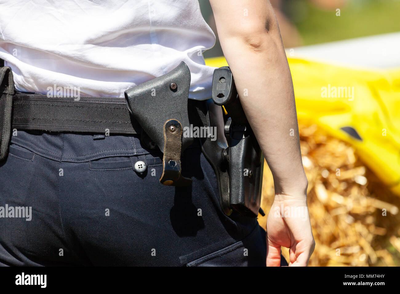 da647c25aef De retour d une femme officier allemand avec une ceinture outils ...