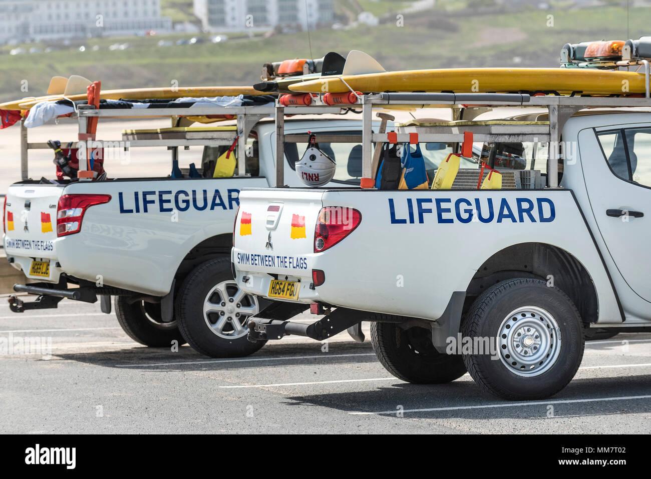 Deux sauveteurs de la RNLI dans les véhicules garés dans Fistral Newquay en Cornouailles. Photo Stock