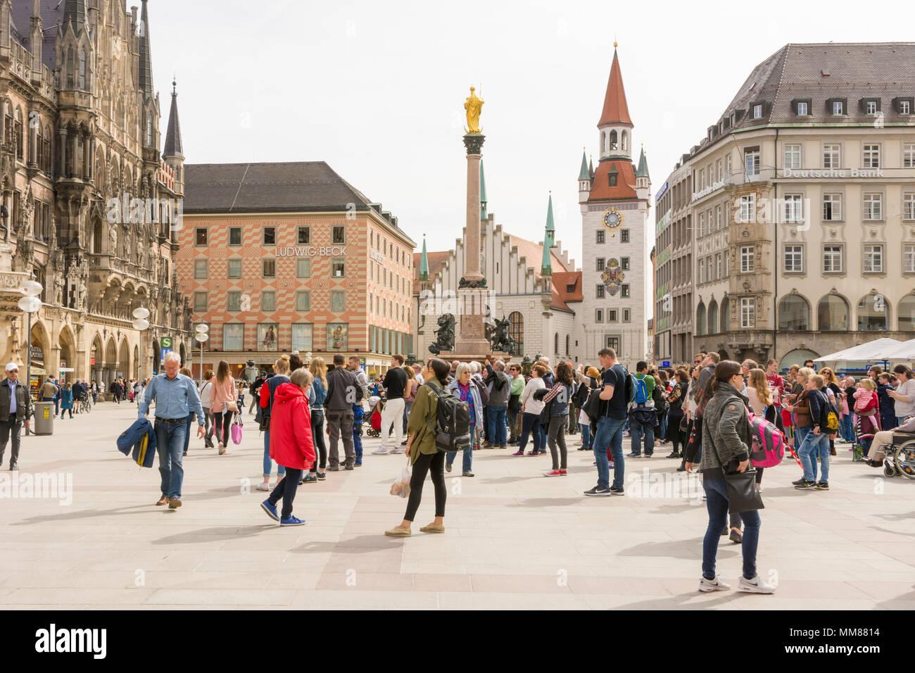 MUNICH, ALLEMAGNE - le 4 avril: les touristes à la place Marienplatz à Munich, Allemagne, le 4 avril 2018. Photo Stock