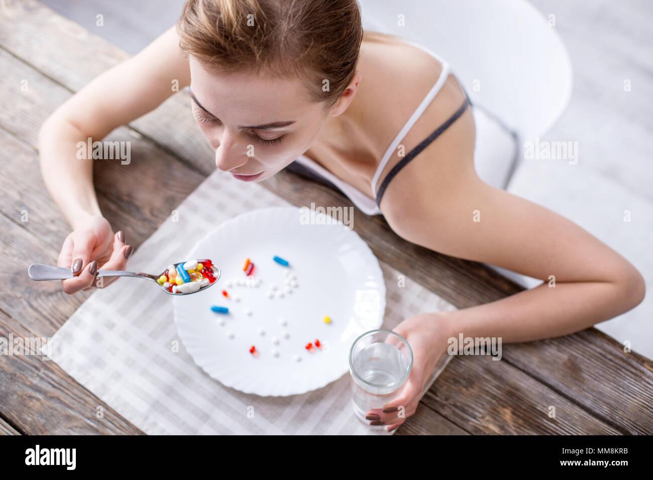 Vue de dessus du triste jeune femme assise à la table Photo Stock