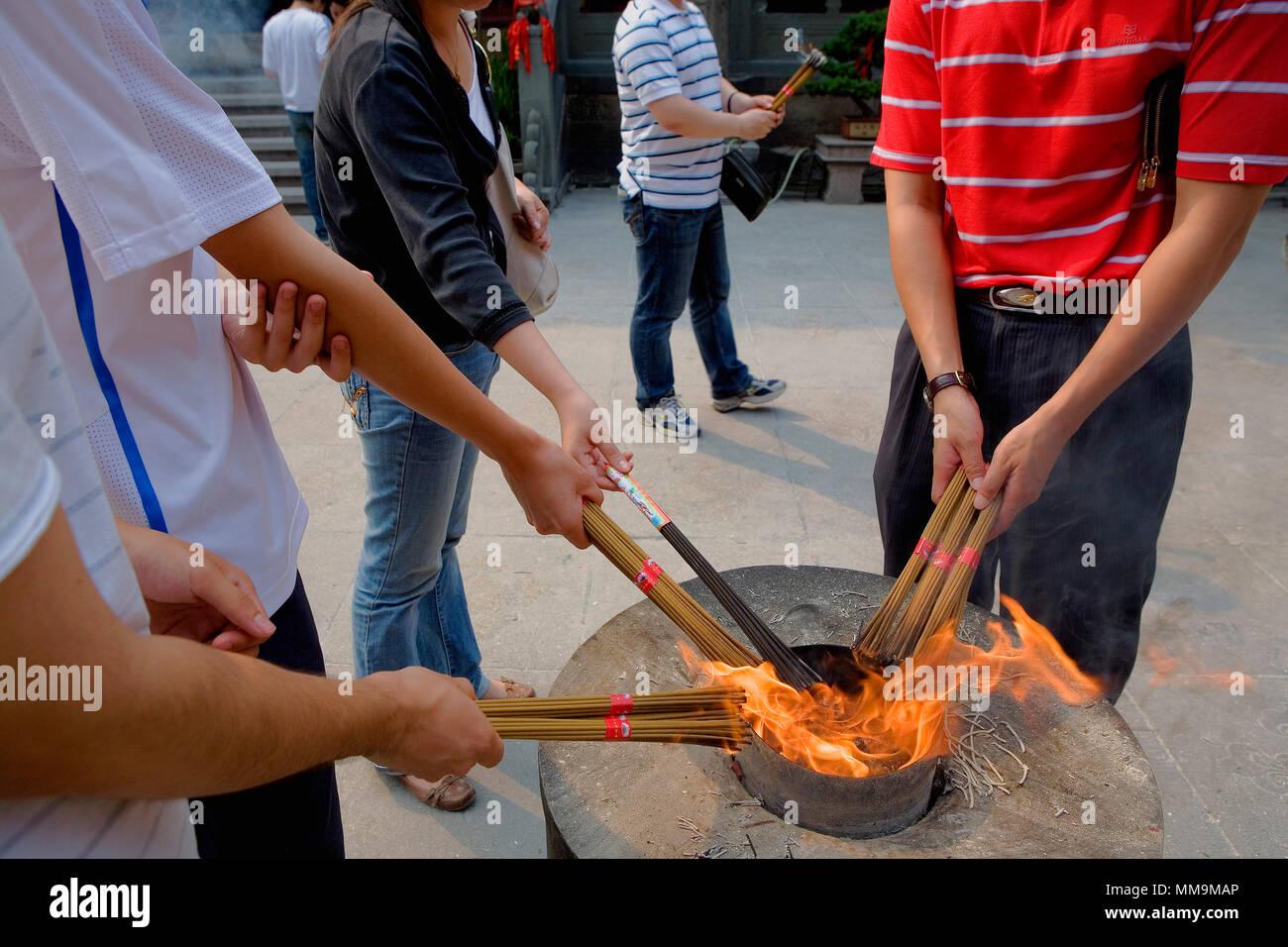 Chine.Shanghai: temple du Bouddha de Jade, l'offre, la combustion d'encens Banque D'Images
