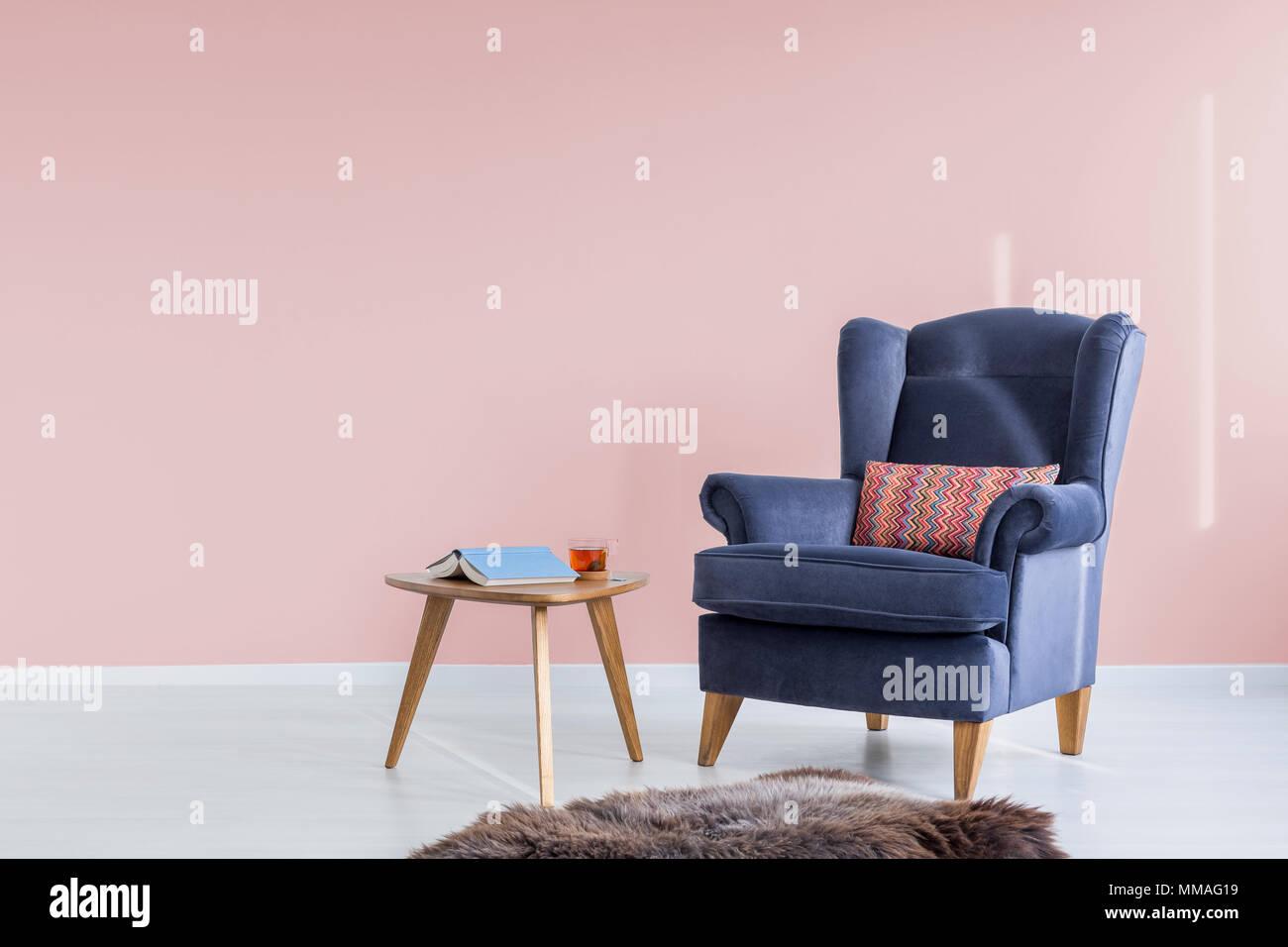 Chambre rose bleu avec fauteuil et table en bois Banque D\'Images ...