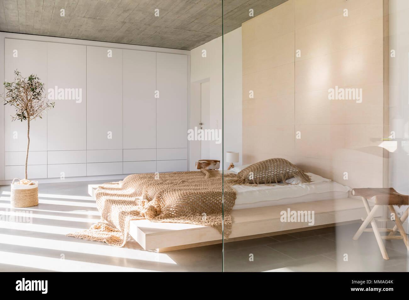 Chambre à coucher avec lit king size et armoire blanche Banque D ...