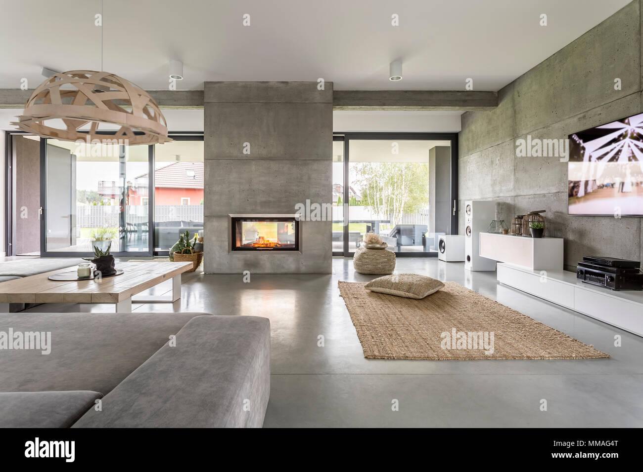 Spacieuse Villa Interieur Avec L Effet De Mur De Ciment Cheminee Et Tv Photo Stock Alamy