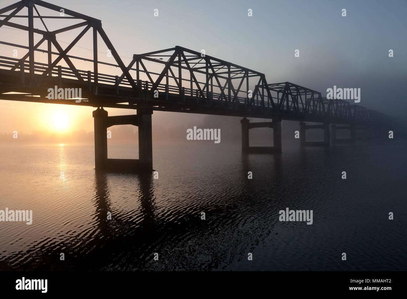Lever du soleil derrière le Martin Pont sur la Rivière Manning, Mettet, NSW, Australie Banque D'Images