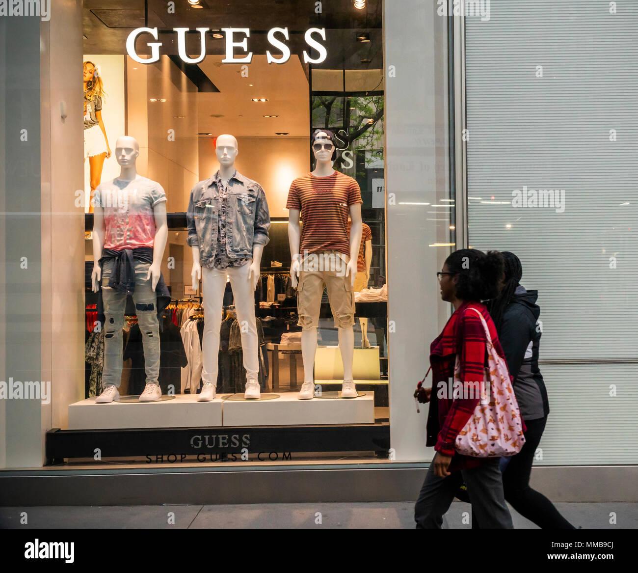 b19b0667b3 Magasin Guess sur la Cinquième Avenue à Manhattan, à New York le mardi, Mai