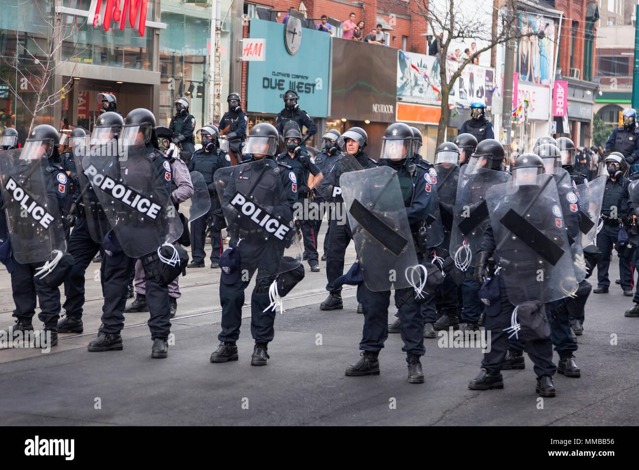 La police anti-émeute a créer une barrière le long de Queen Street West pendant le sommet du G20 au centre-ville de Toronto, Ontario, Canada. Photo Stock