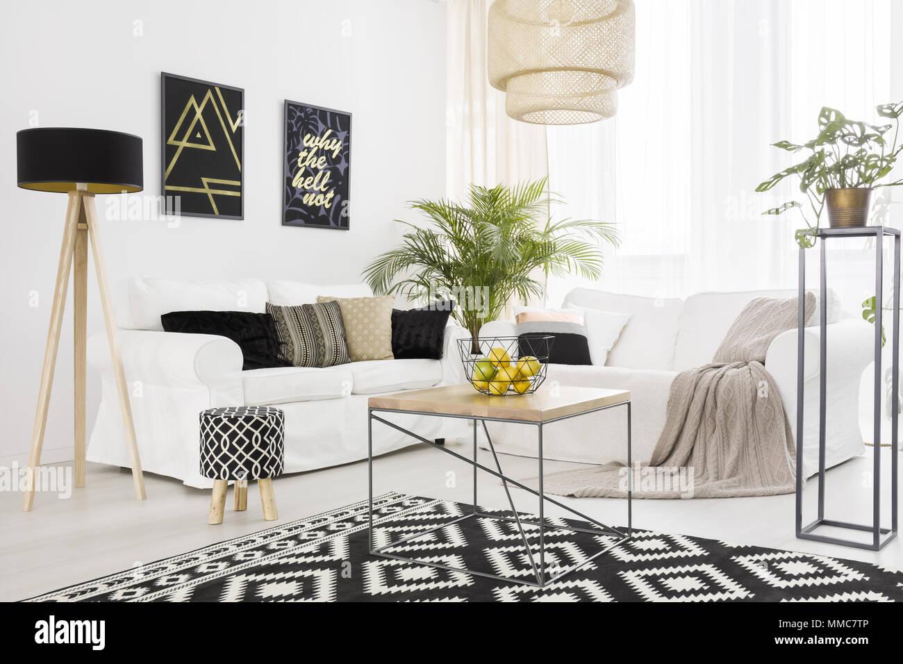 Le noir et blanc salon avec canapé et tapis motif Banque D ...