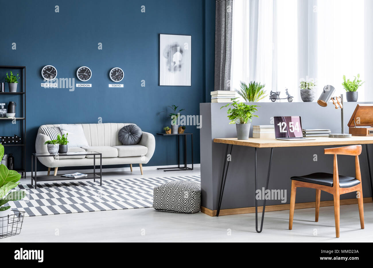 Salon moderne intérieur avec des murs sombres industrielle et d