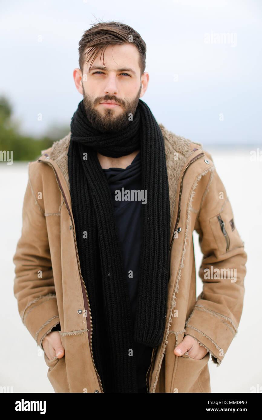 européen manteau Portrait de homme jeune barbe avec portant MqzpUVSG