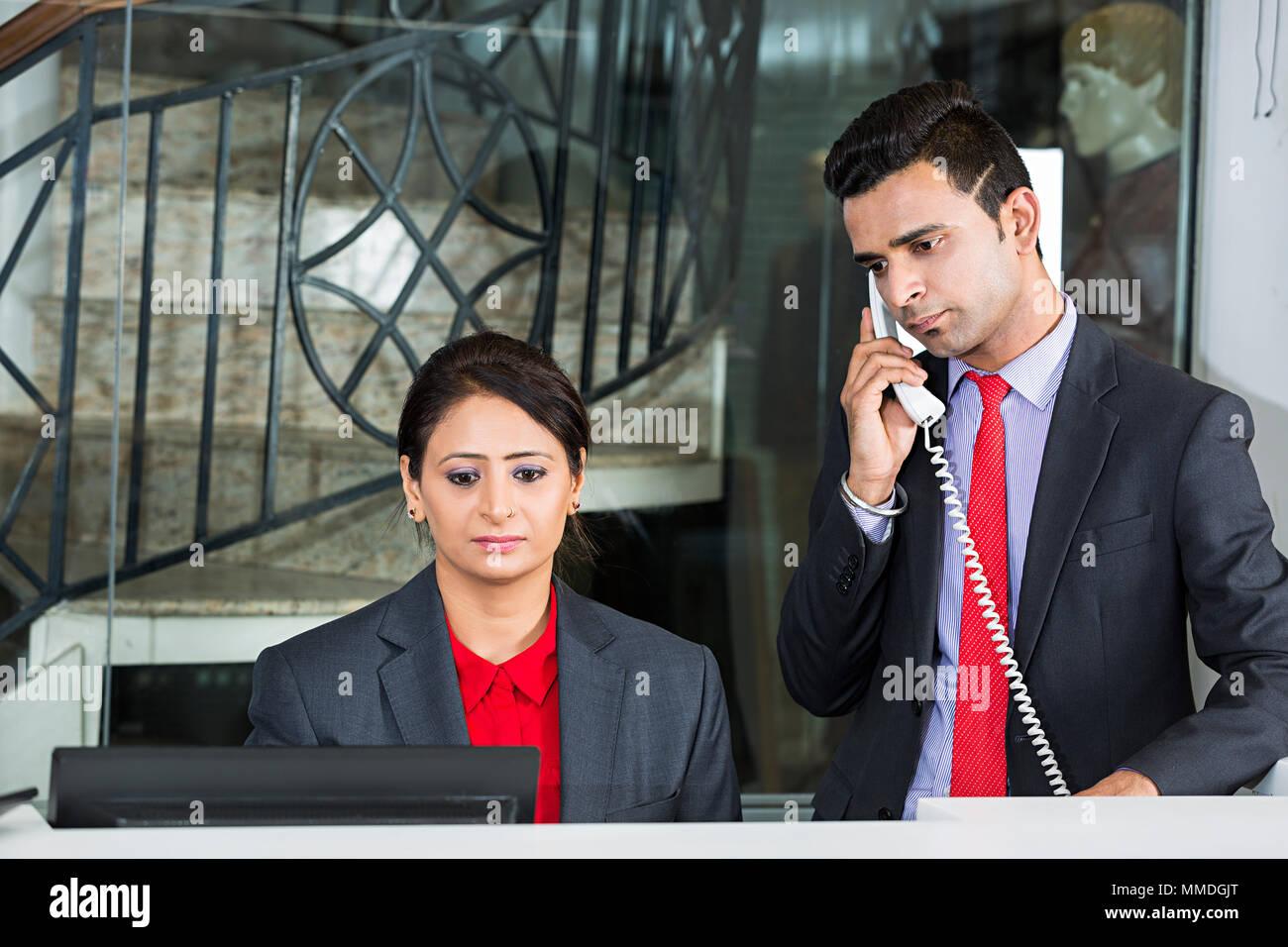 Deux collègues réceptionniste employee service de téléphone en