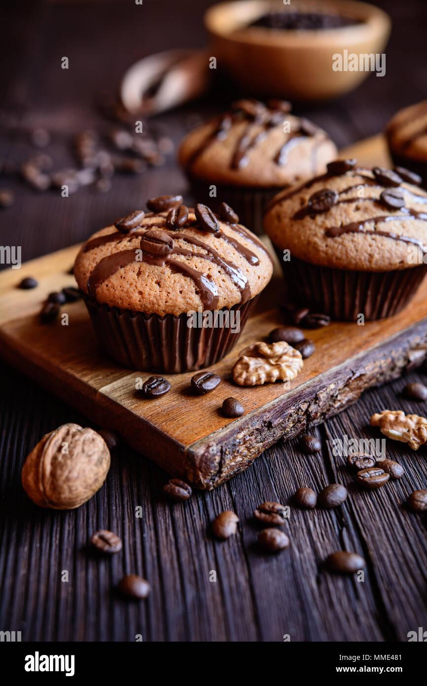 Muffins noix râpées avec café et chocolat garni de Photo Stock