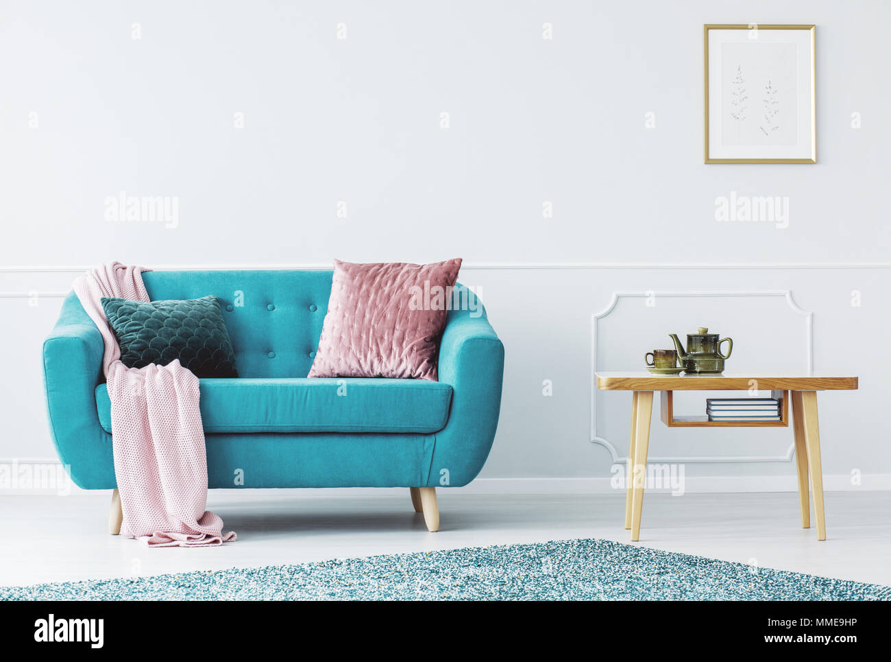 Canape Bleu Avec Couverture Rose Pastel Et Deux Oreillers Debout