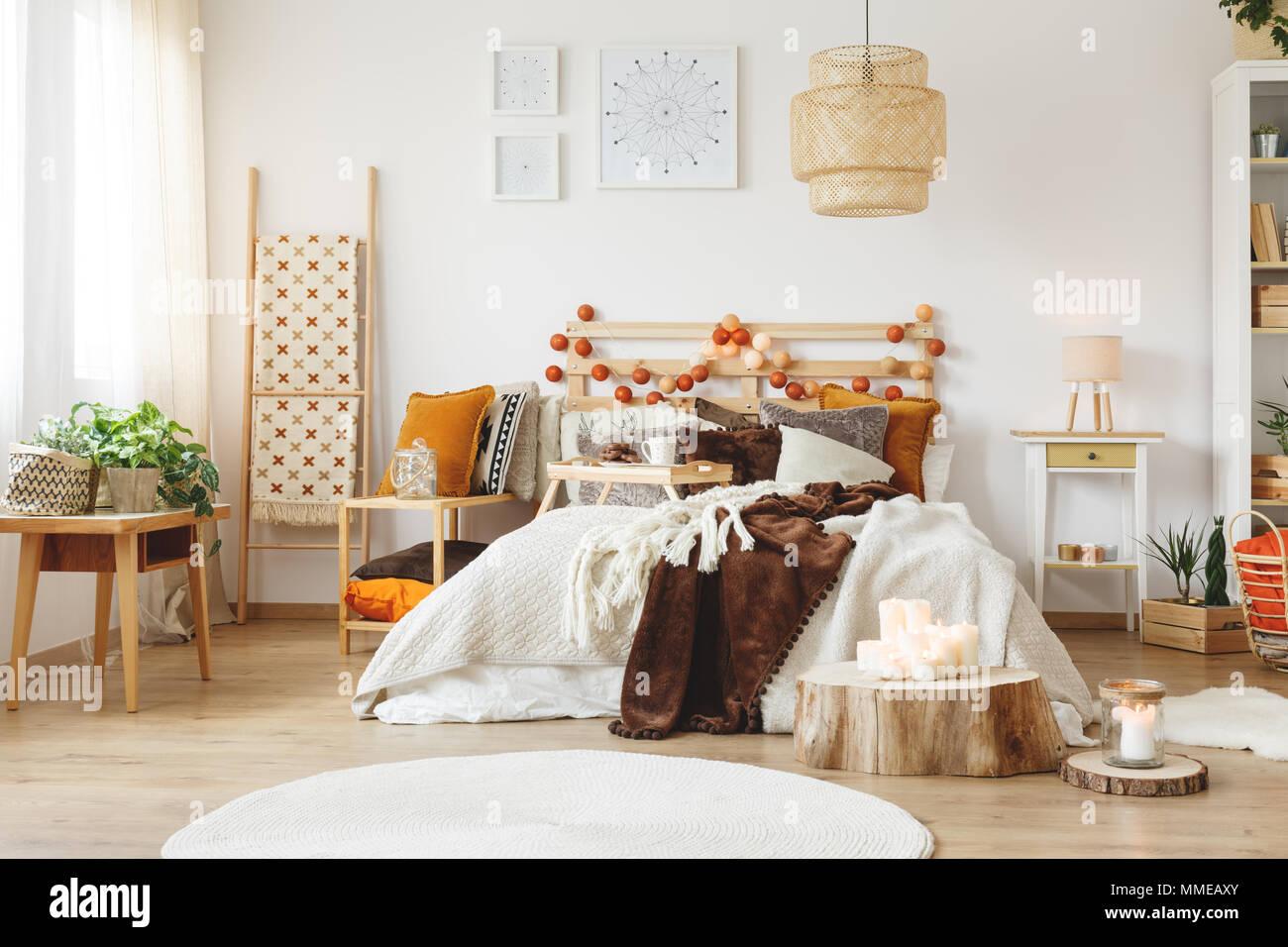 Messy lit king-size avec des couvertures chaudes dans la ...