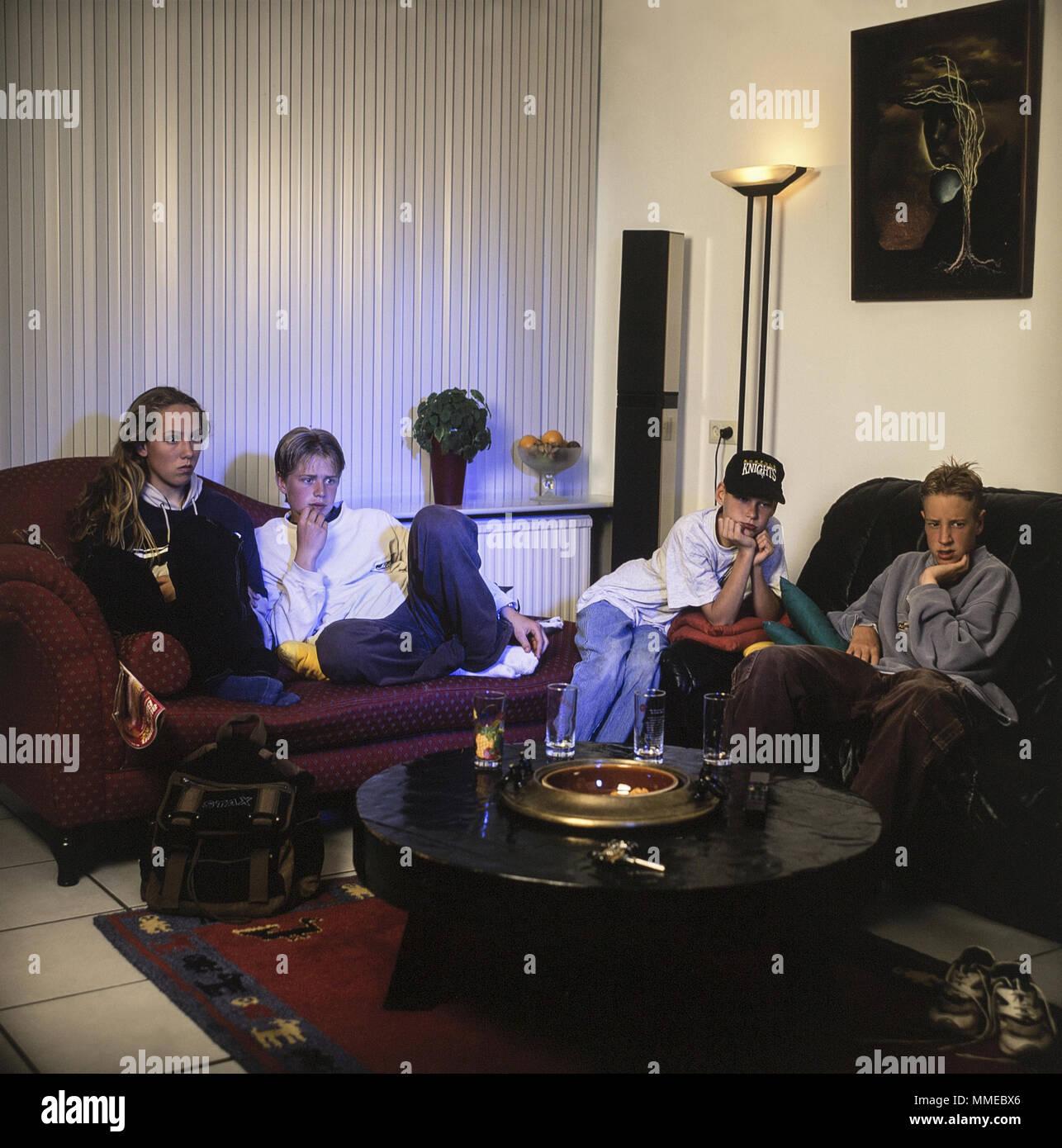 Les adolescents regardent la télévision l'horreur dans les années 90 Photo Stock
