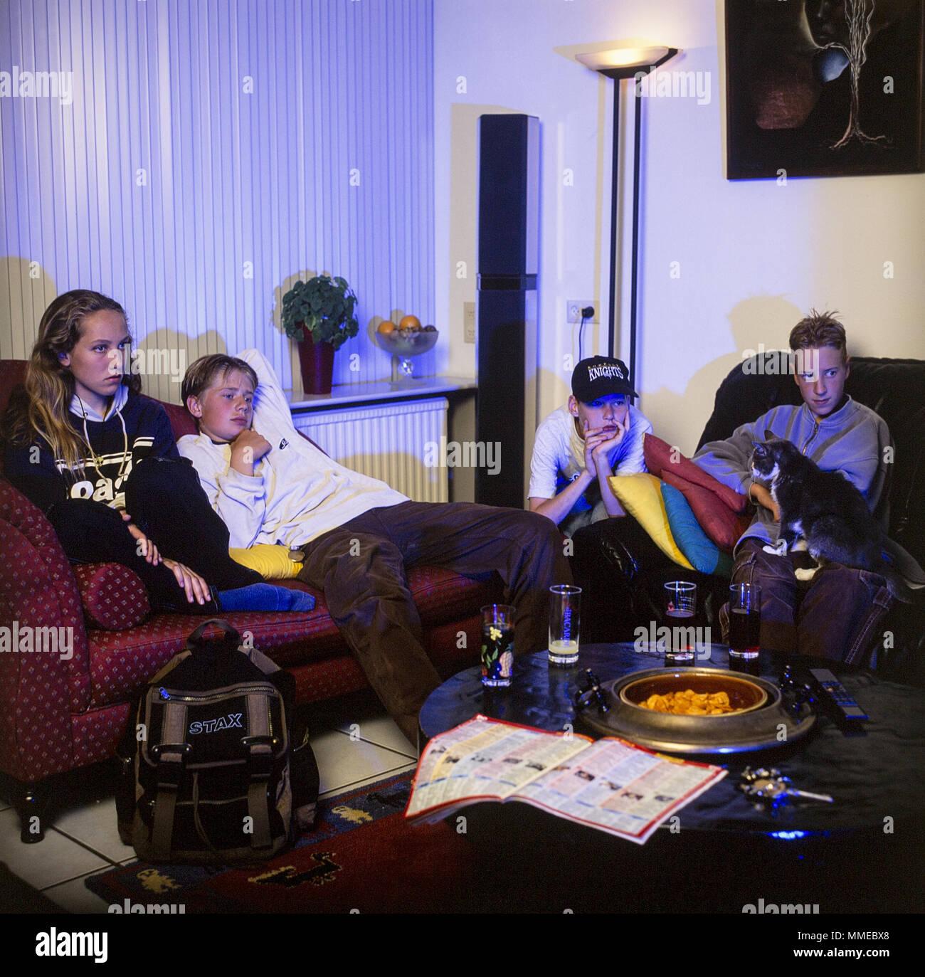 Les adolescents regardent la télévision d'horreur Photo Stock