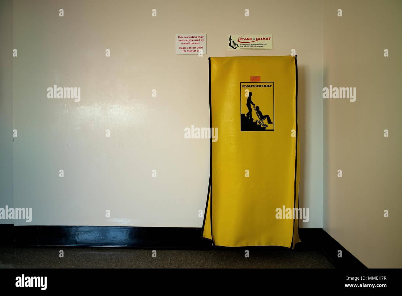 Une chaise d'évacuation est un appareil qui est utilisé au lieu d'utiliser l'ascenseur pour évacuer les personnes à mobilité réduite depuis les niveaux supérieurs/étages d'une construction Photo Stock