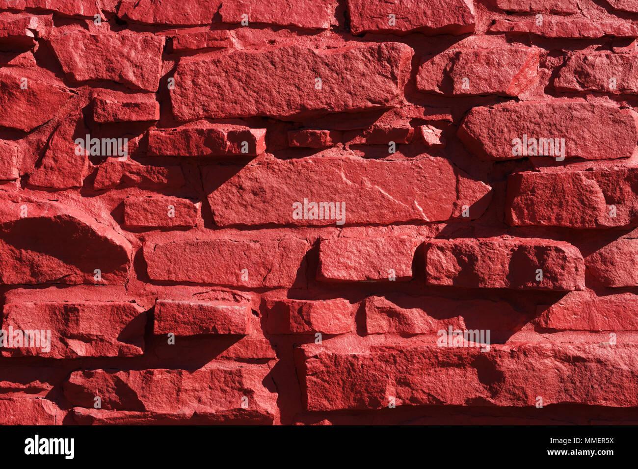 Gros plan de l'extérieur mur de pierre d'un bâtiment peint en rouge. Photo Stock