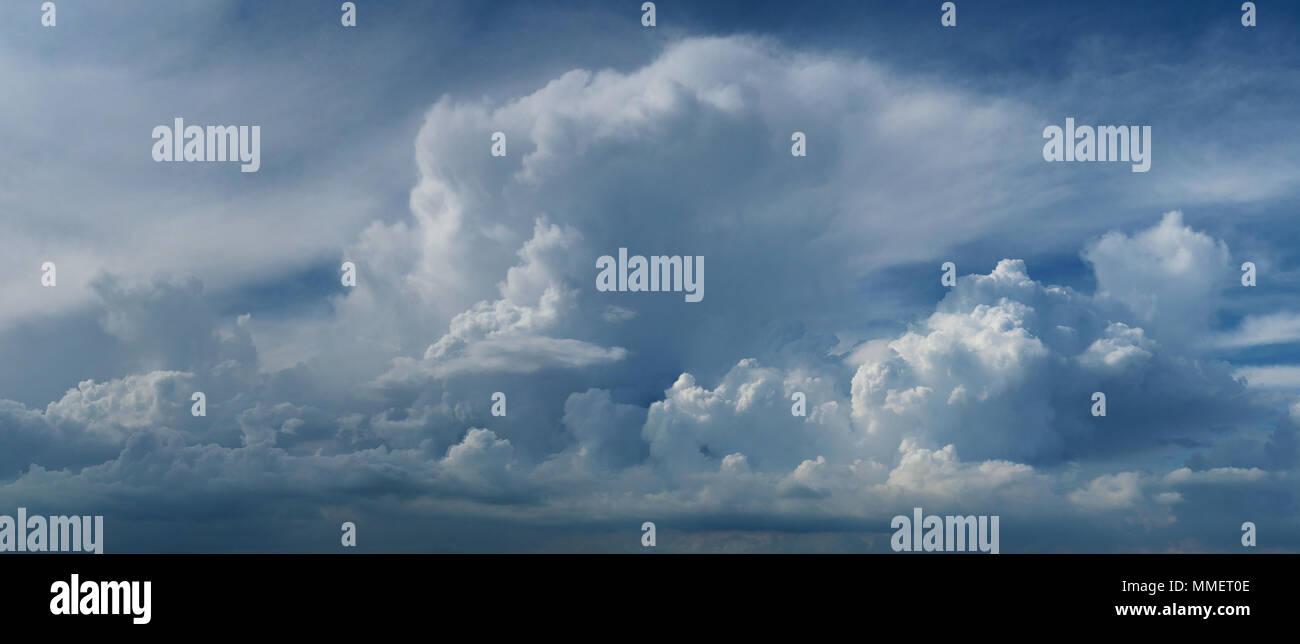 Belle grande échelle à couper le souffle la formation de nuages Cloudscape panoramique Panorama Photo Stock