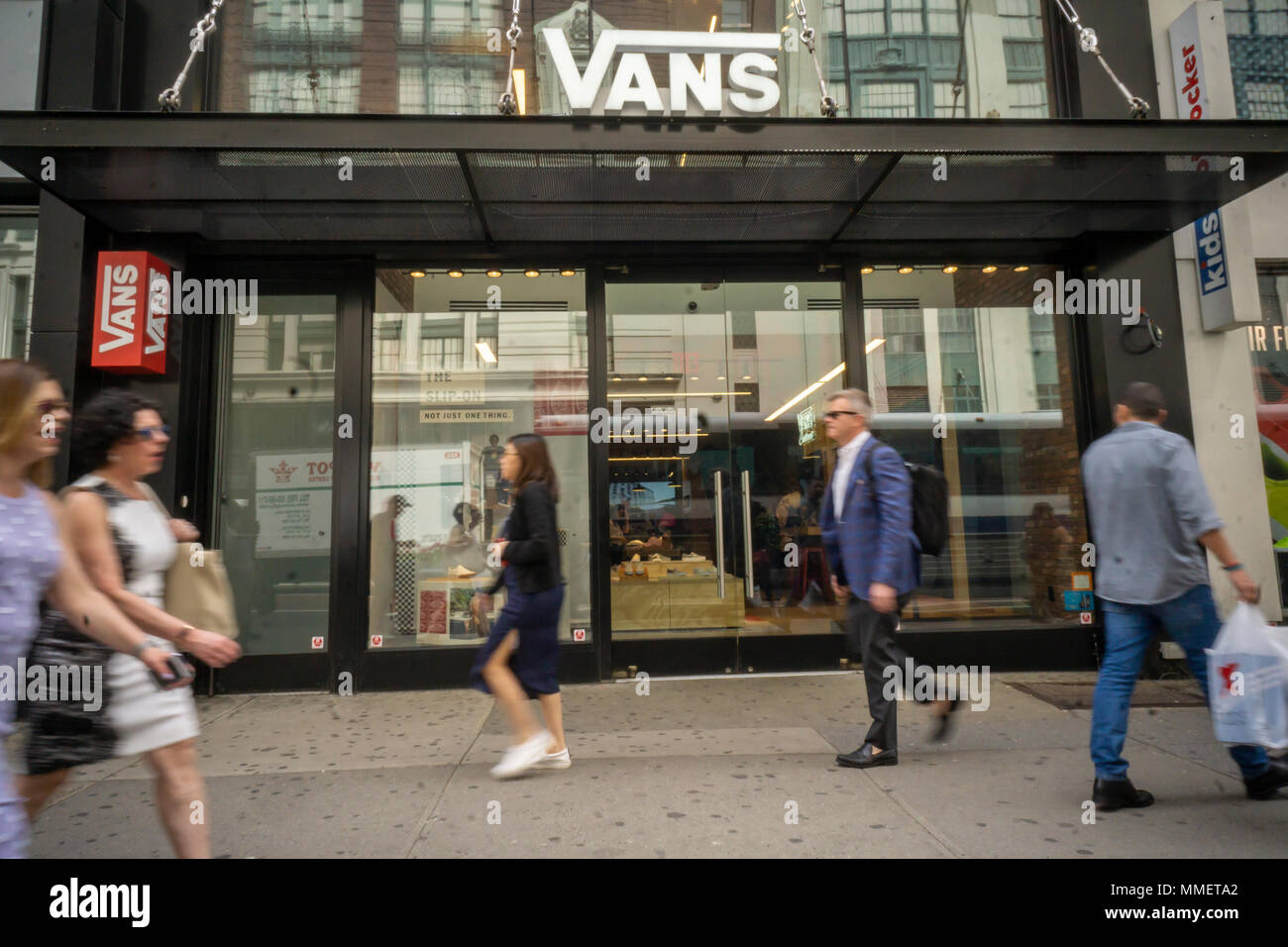 eb8a1f1262 Un magasin de chaussures Vans à Herald Square à New York le vendredi 4 mai  2018