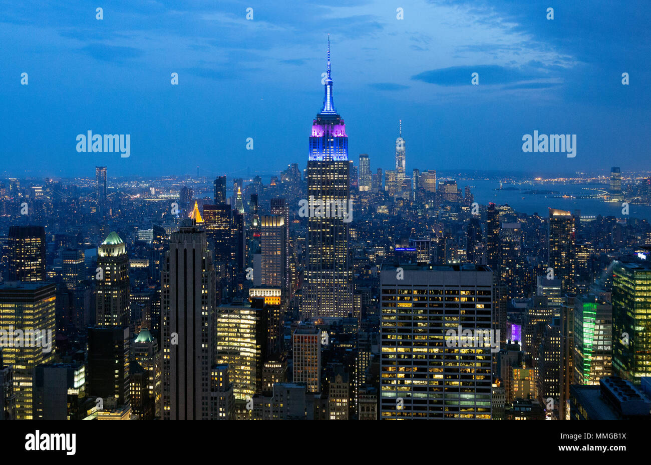 Empire State Building et New York skyline at Dusk, vu du haut de la roche plate-forme panoramique, Manhattan, New York City, États-Unis d'Amérique Photo Stock