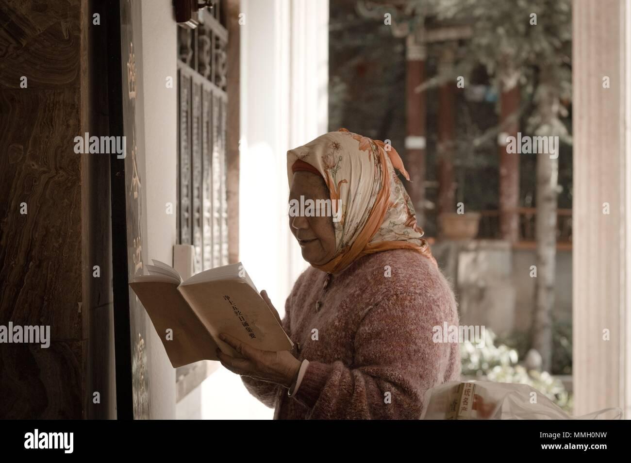 b947192e4118 Kunming, Yunnan, Chine - 28 décembre 2017   Une vieille femme prie dans le