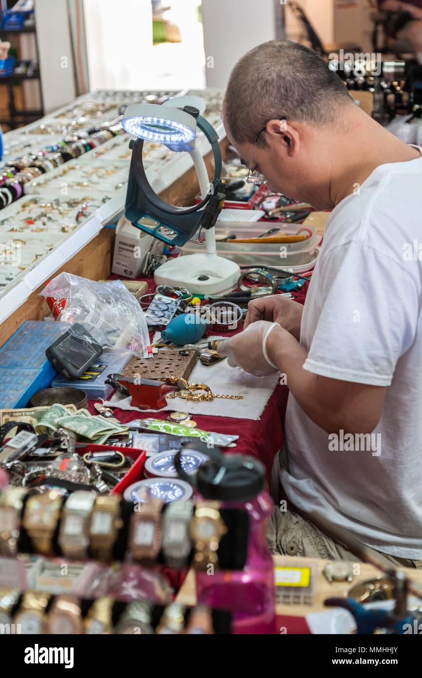 Propriétaire de boutique de la réparation des montres à des marchés aux puces de Marion près de Ocala, Floride Photo Stock