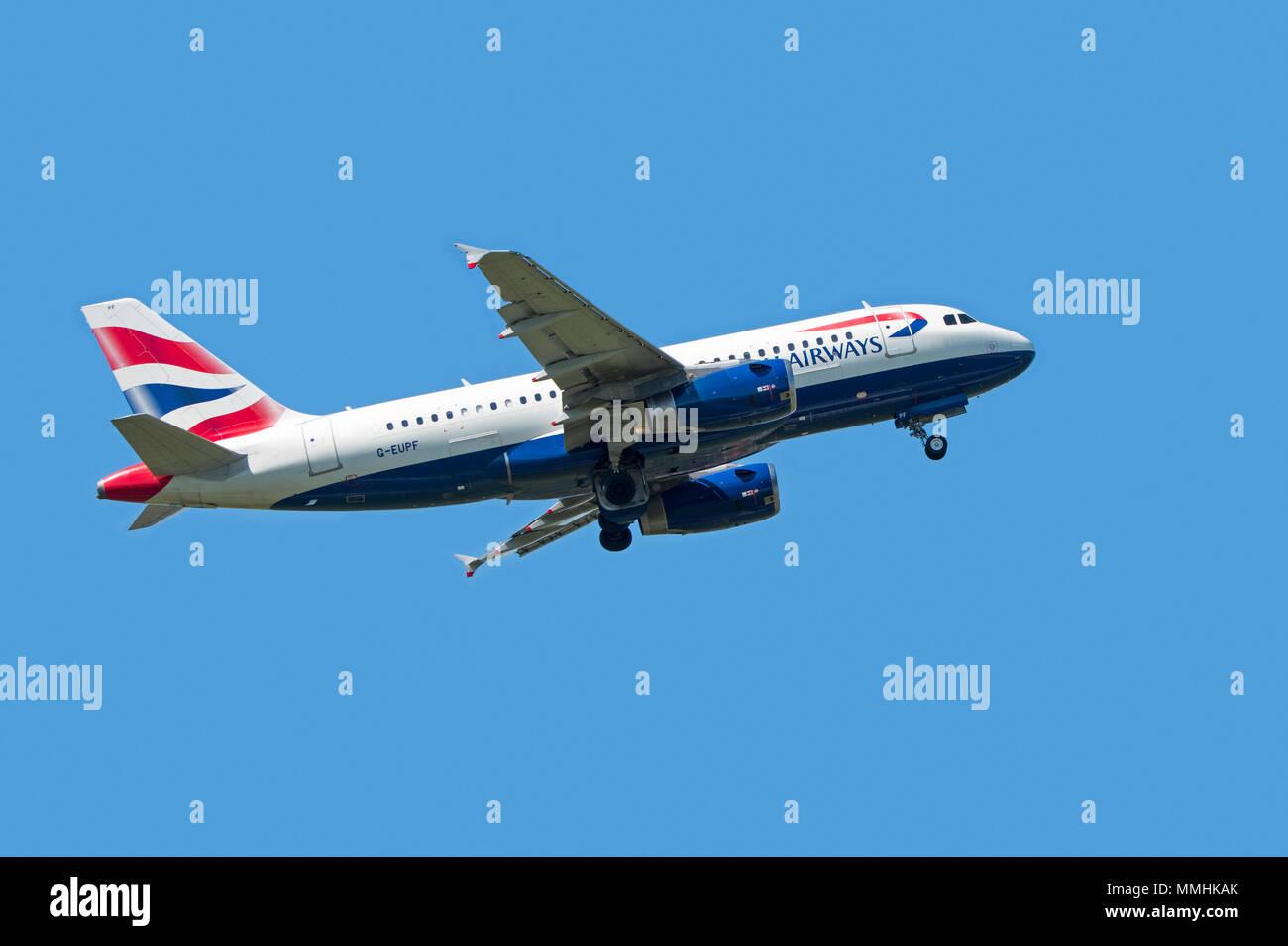 Airbus A319-131, fuselage étroit, bimoteur de transport commercial de passagers avion de ligne de British Airways en vol sur fond de ciel bleu Photo Stock
