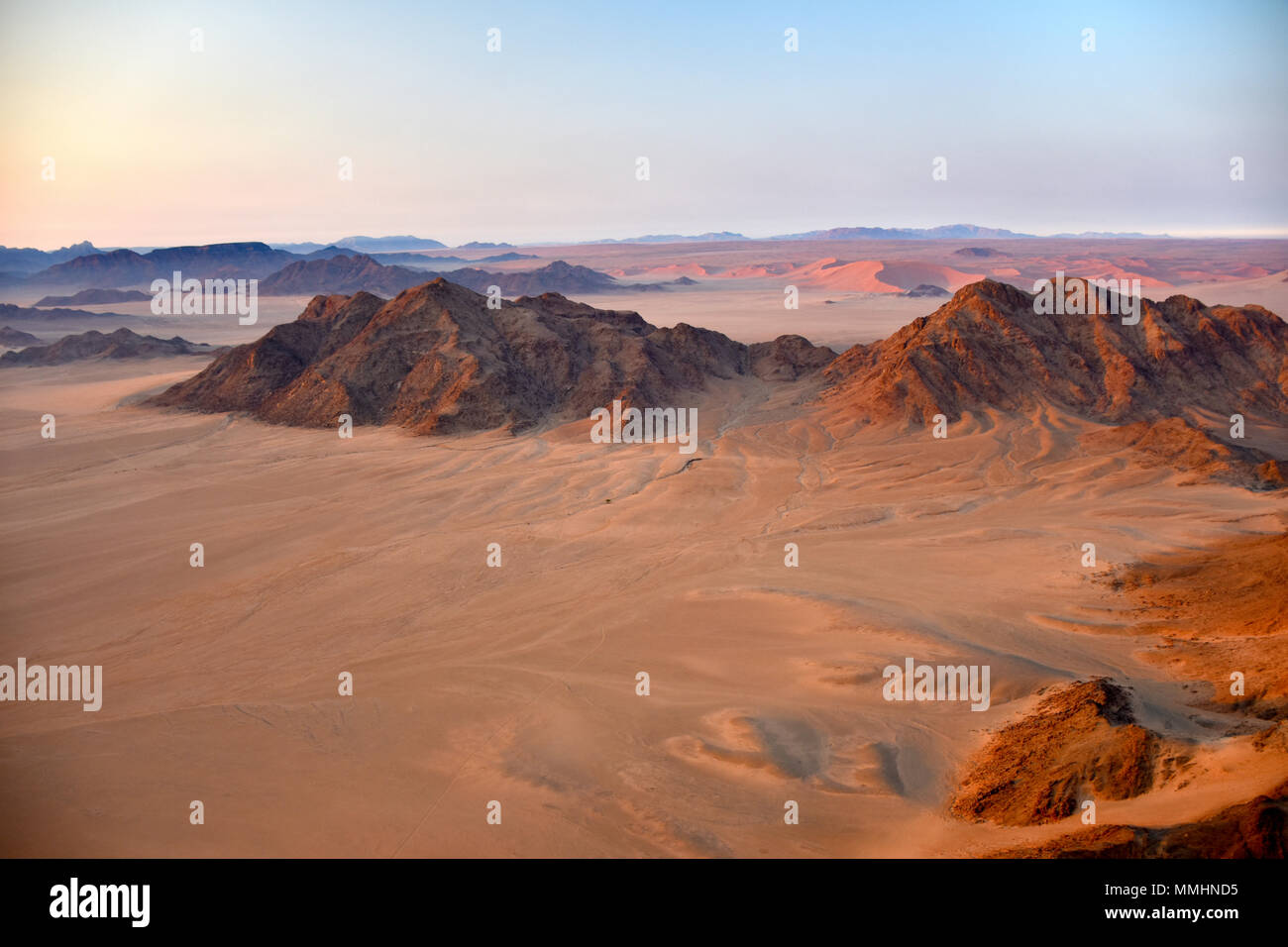 Les montagnes et les dunes de sable rouge du désert du Namib à l'aube, Namib-Naukluft National Park, région de Sossusvlei, Sesriem, Namibie Photo Stock