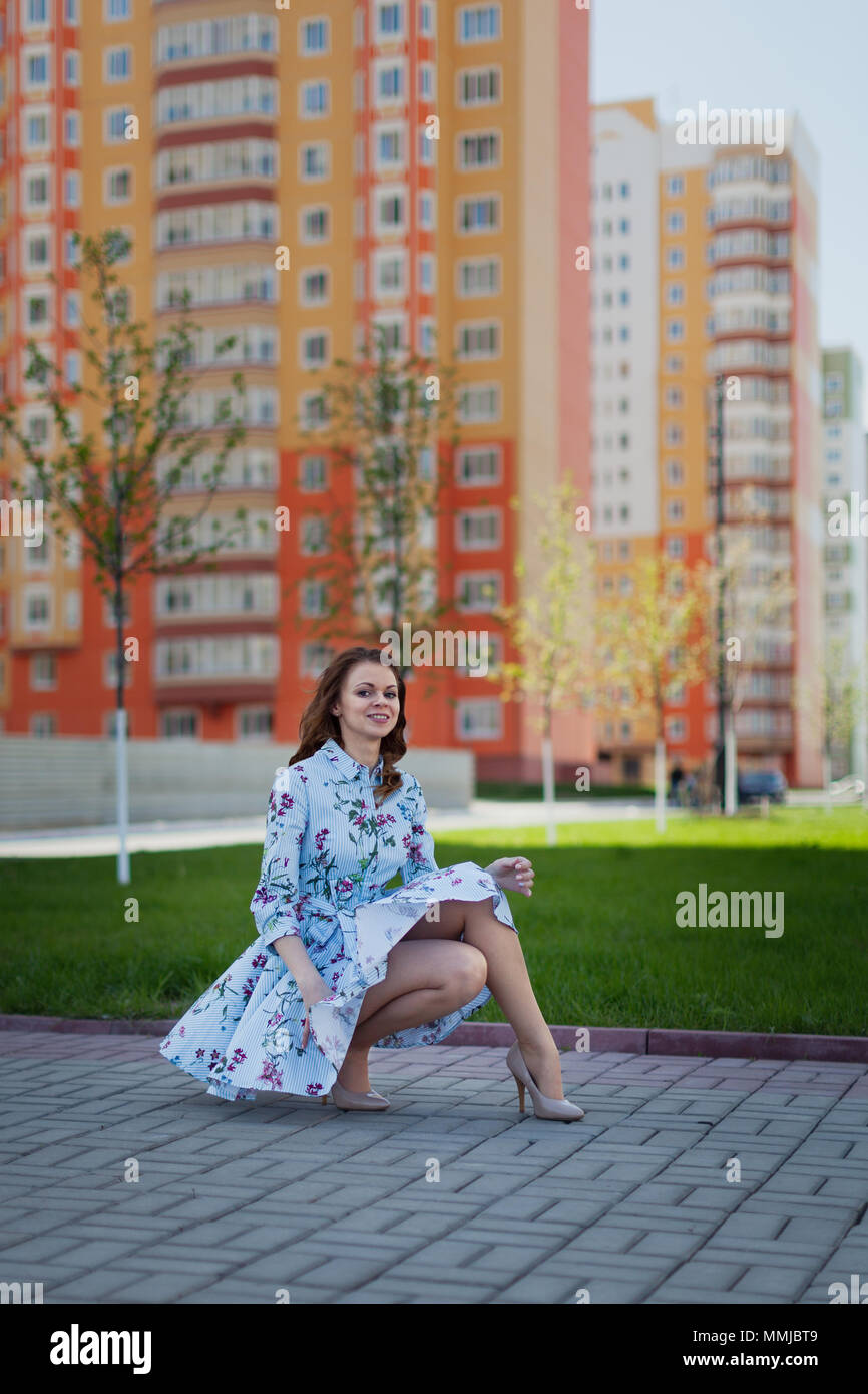 Dans Robe Fille Belle La Bleu Trouve Par Courte Jeune Se Le Levé Ff8wX